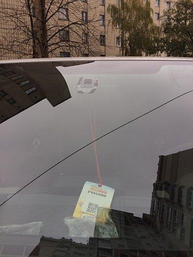 Установка скрытного видеорегистратора с WiFi в Renault Trafic : вид лобового стекла снаружи авто