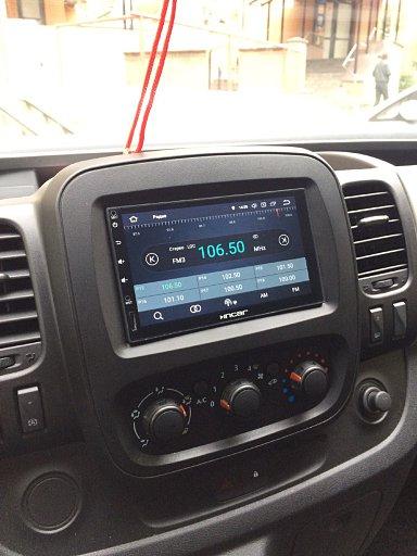 2дин магнитола Incar AHR-9280 в автомобиле Renualt Trafic через рамку Carav, включенное радио